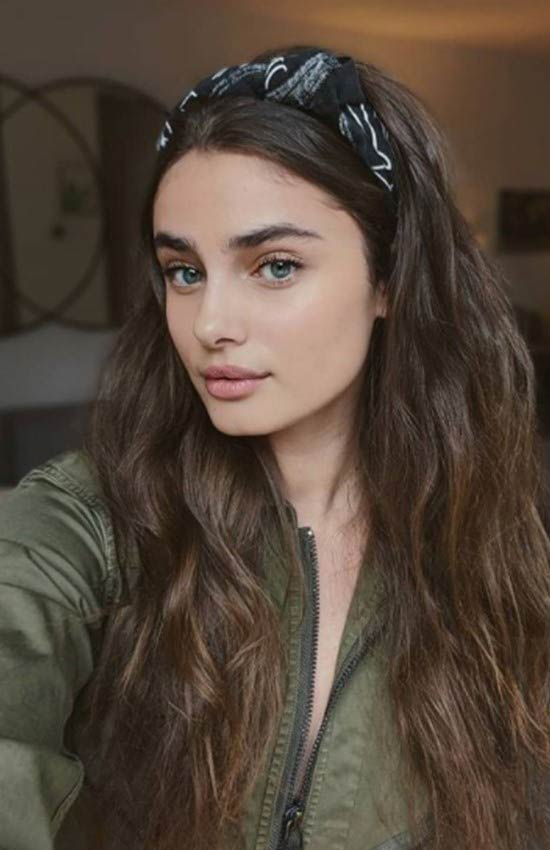 taylor-hill-headband-look-wavy-hairtyles.